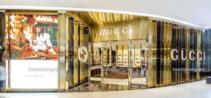 trang trí cửa hàng bằng inox mạ vàng